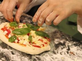 新登場!石窯焼きピザをライブで楽しんで♪